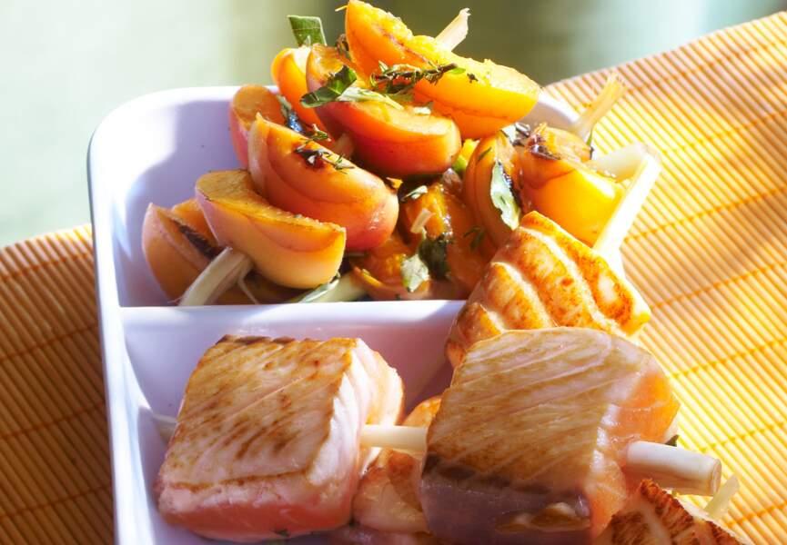 Brochettes de saumon et pêches