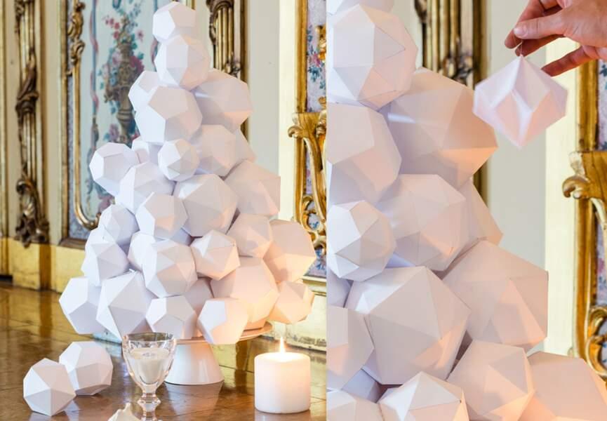 Un arbre avec des boules en papier