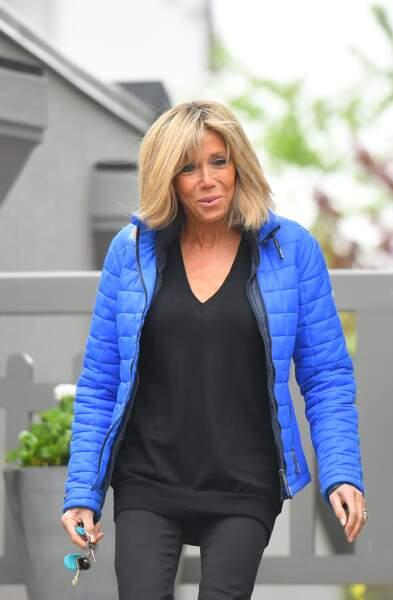 Brigitte Macron en doudoune bleu électrique