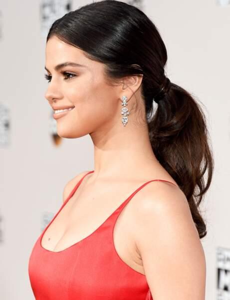 La queue-de-cheval basse et volumineuse de Selena Gomez