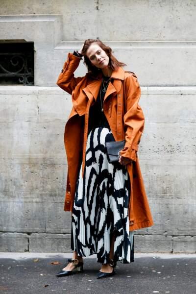 Street Style femme : l'imprimé twisté par le trench en cuir
