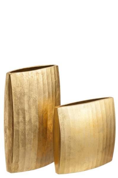 Vases en métal doré