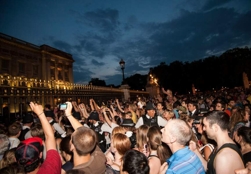Les Anglais massés devant Buckingham laissent éclater leur joie