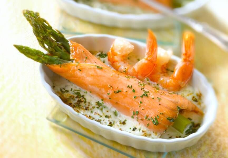 Roulades de saumon fumé aux asperges, sauce aux crevettes