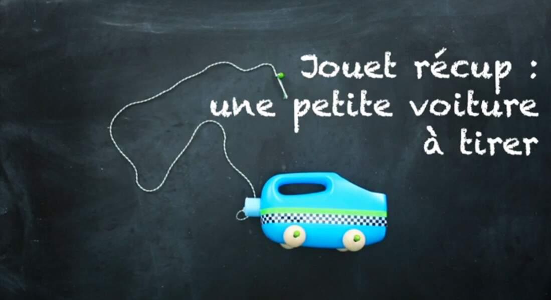Jouet récup' : une petite voiture à tirer dans un bidon de lessive