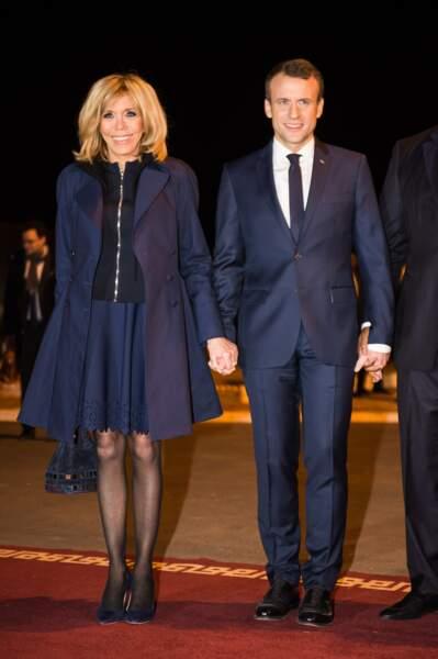 Brigitte Macron en jupe et trench marine