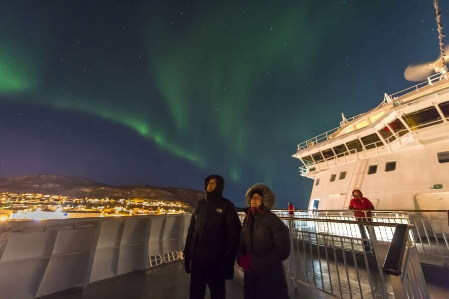 On peut même y assister en longeant les côtes norvégiennes en ferry