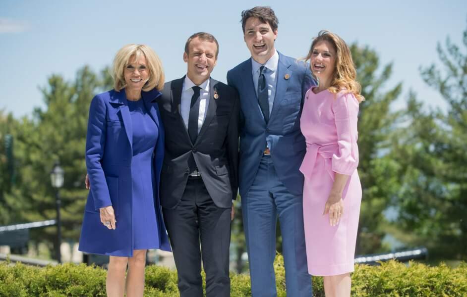 Brigitte Macron en robe et manteau bleu électrique