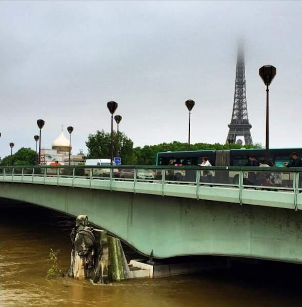 Le Zouave du pont de l'Alma a les pieds dans l'eau