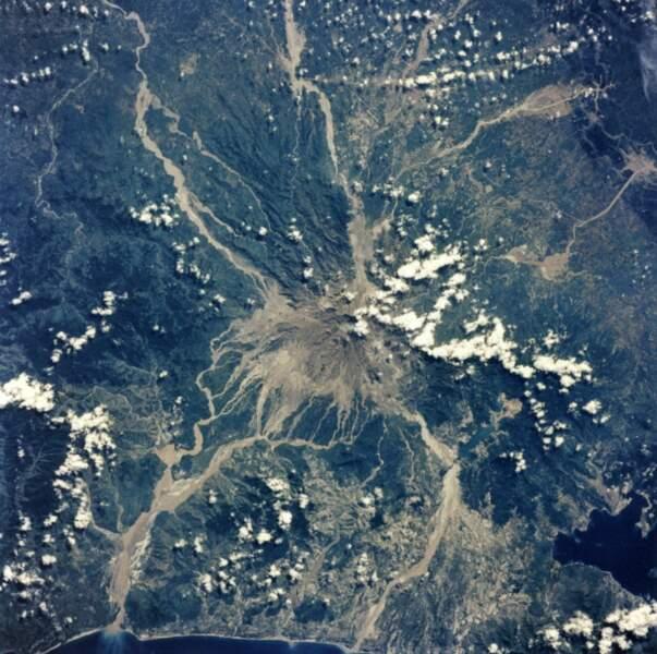 Vue du volcan Pinatubo aux Philippines depuis la navette spatiale Atlantis (1992)