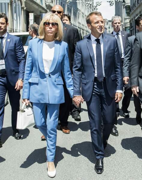 Brigitte Macron en tailleur pantalon bleu