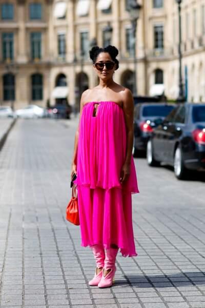 Street Style femme : la robe rose flashy