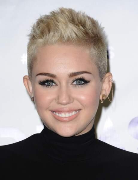 La coupe courte à la brosse de Miley Cyrus