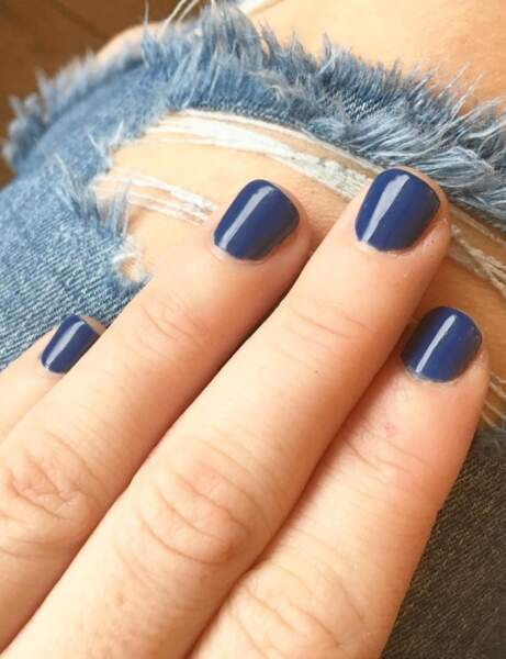 Ongles courts : le bleu denim