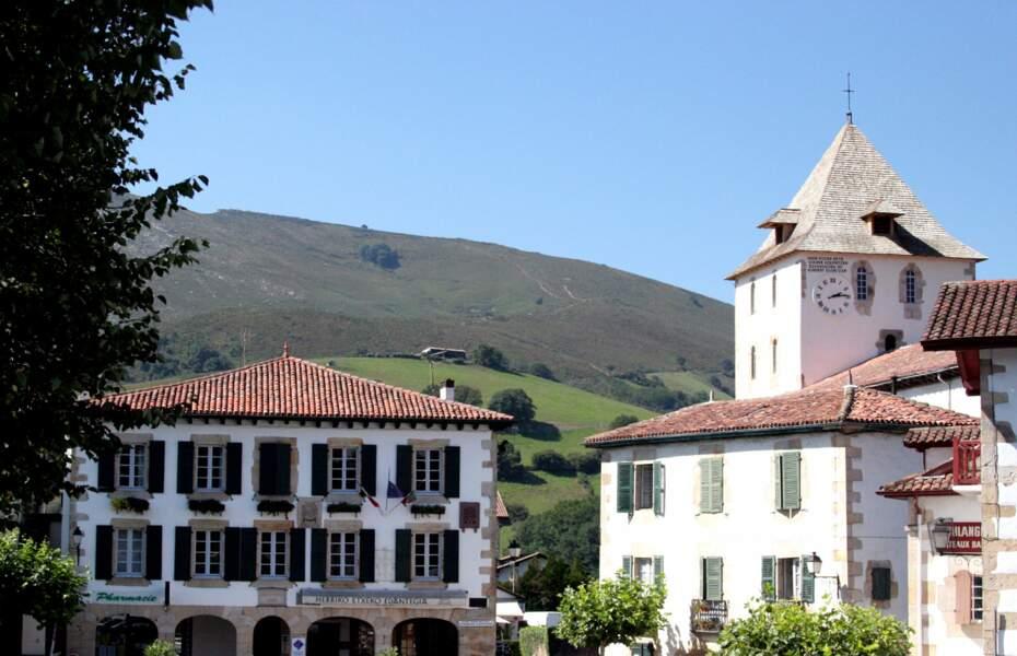 """Sare, enclave française dans la Navarre espagnole, bordée de vautours et de """"pottoks"""" (chevaux sauvages basques)"""
