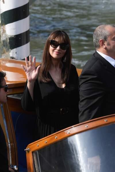 La belle brune est apparue rayonnante en robe noire et en bustier apparent.