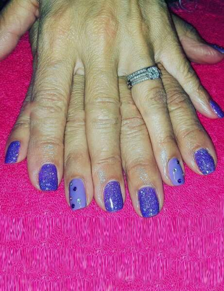 Ongles courts : duo de violet