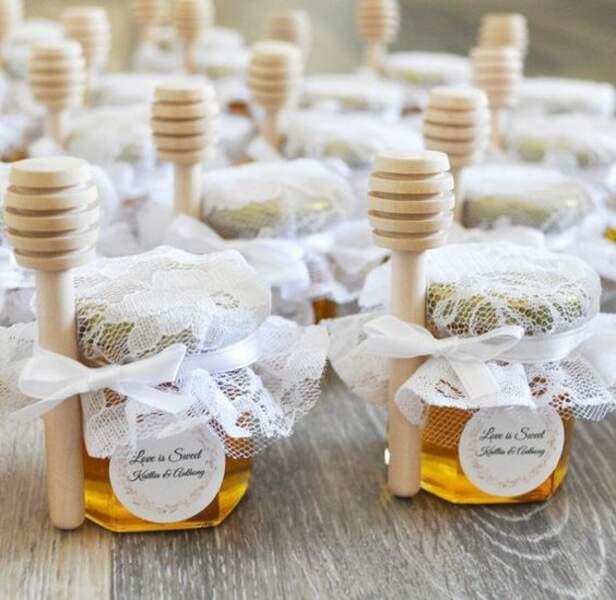 Un pot de miel avec une étiquette personnalisée