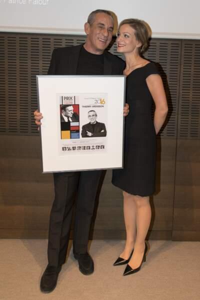 Thierry Ardisson avec son prix Philippe Caloni à la SCAM en présence de sa femme Audrey Crespo-Mara (2017)