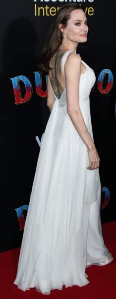 Angelina Jolie en robe Atelier Versace à l'avant première mondiale du film Dumbo, le 11 mars