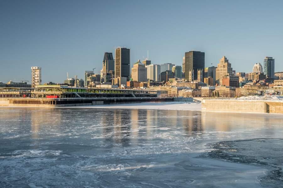 Montréal en hiver, avec le fleuve St-Laurent gelé