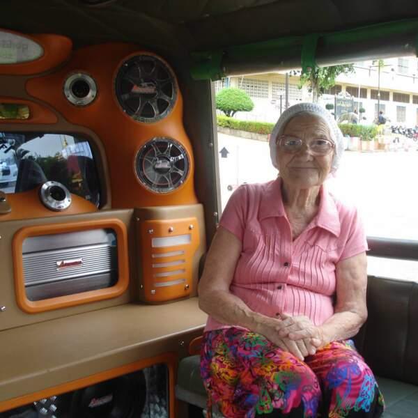 Aucun moyen de transport ne l'effraie : ni le tuk-tuk en Asie...