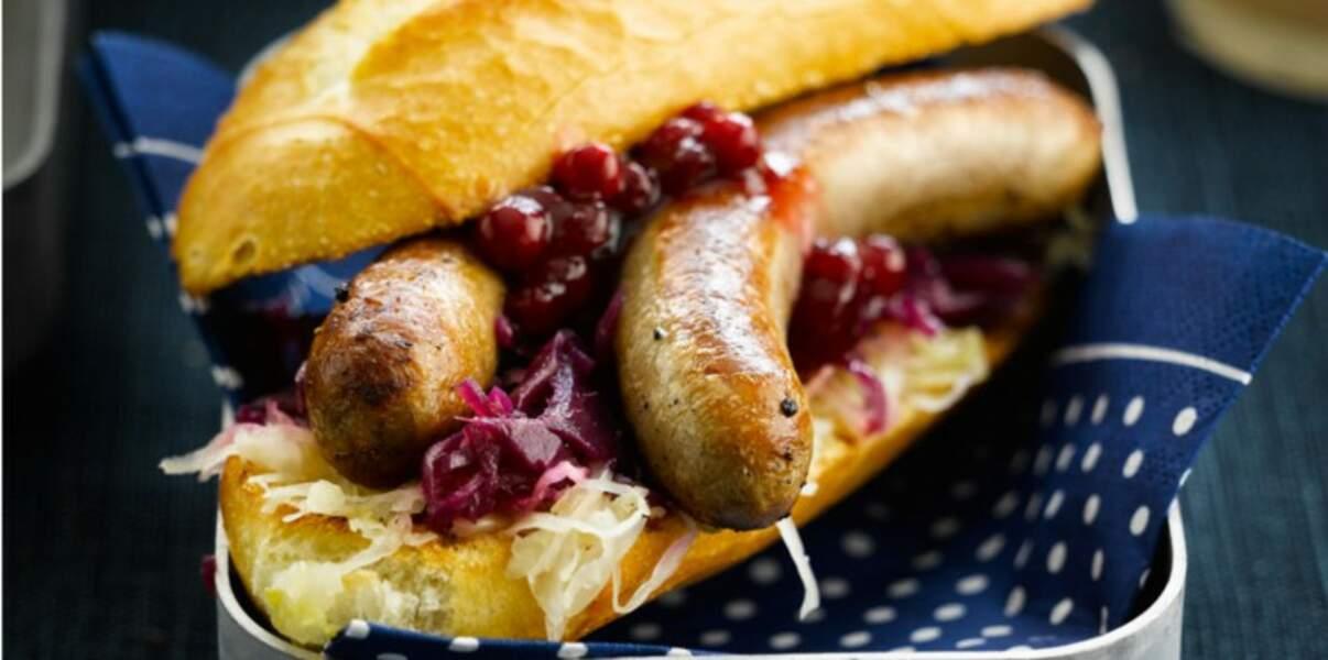 Hot dog au chou rouge et aux airelles