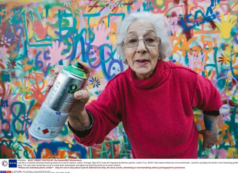 Attention, mamie dégaine sa bombe... de peinture !