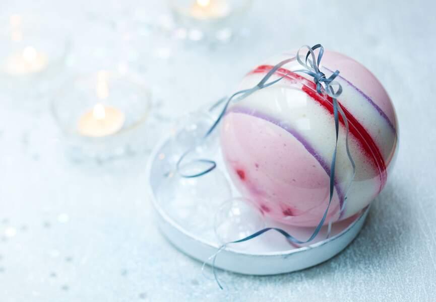 Une boule de Noël à la rose, framboises et litchis