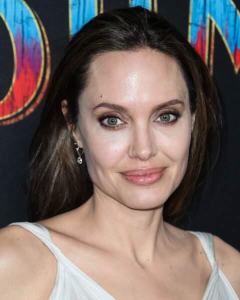 Angelina Jolie porte une robe Atelier Versace à l'avant première mondiale du film Dumbo