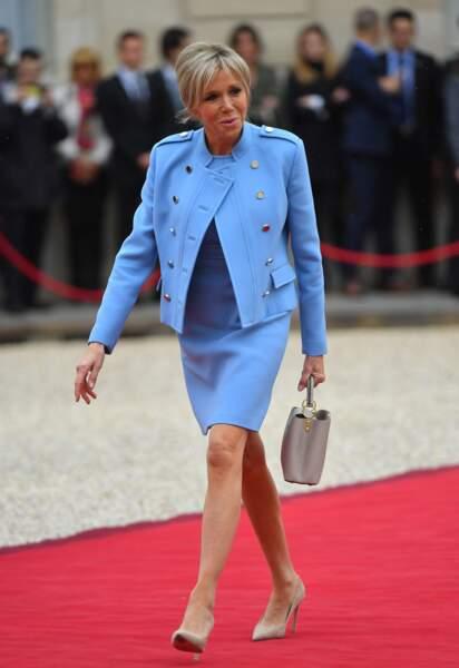 Brigitte Macron en bleu lavande