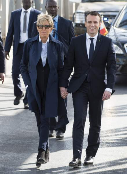 Brigitte Macron en pantalon et trench marine