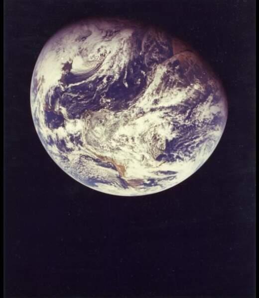 Première image de la Terre réalisée par l'Homme montrant le globe terrestre dans sa totalité