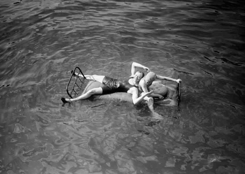 Pantomime nautique : expérience de matelas flottant sur la Seine, juillet 1914.