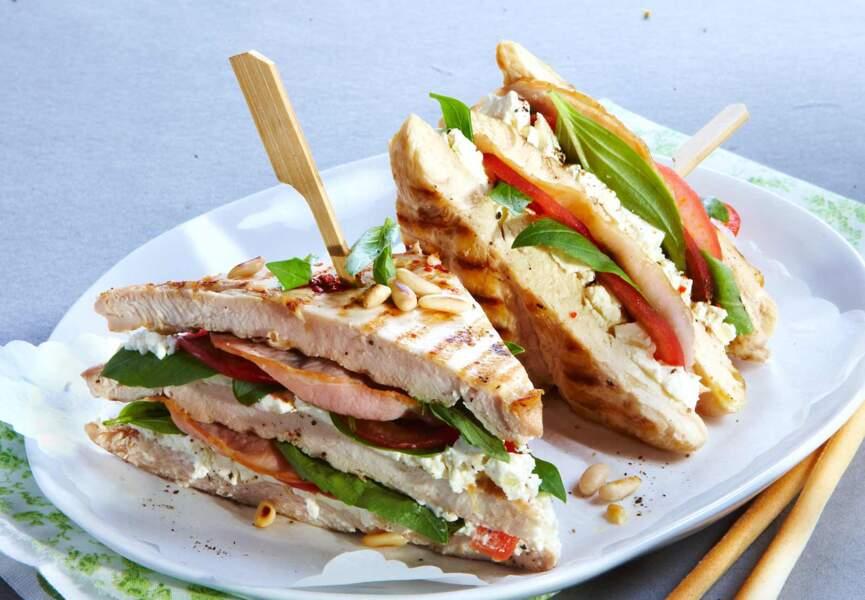 Club-sandwich de poulet au bacon et basilic