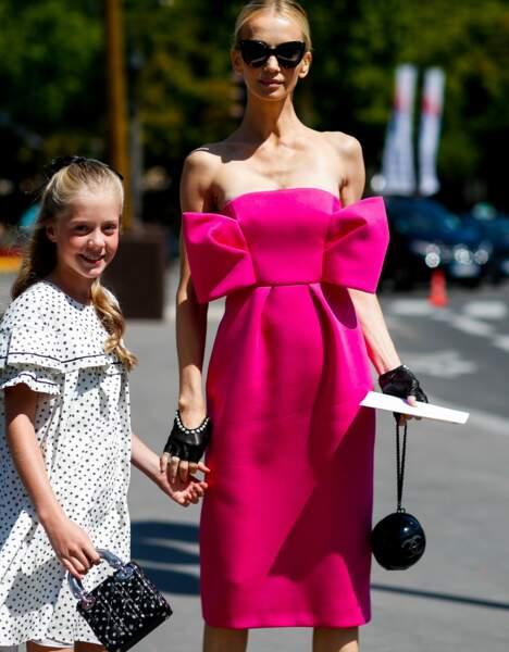 Street Style Paris : la robe rose fuschia