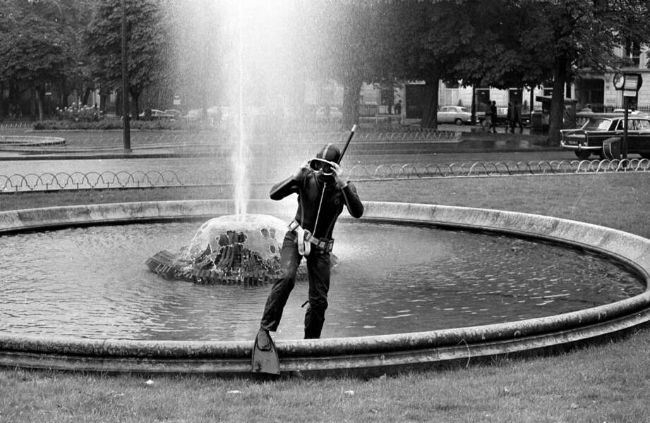Homme-grenouille dans un bassin du Rond-Point des Champs-Elysées, 1970.