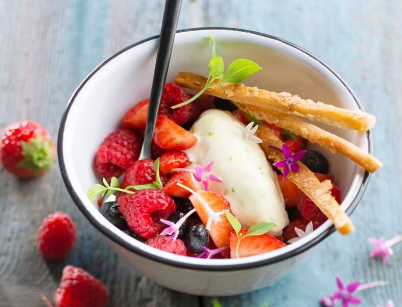 Salade de fruits rouges et quenelle crème-citron