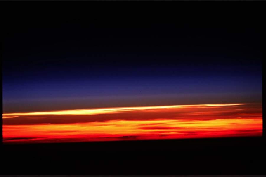 Vue de l'atmosphère terrestre lors de la mission de la navette spatiale Columbia (2003)