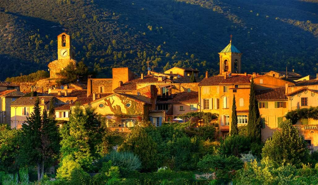 Lourmarin, joli village de Provence dominé par son château classé monument historique