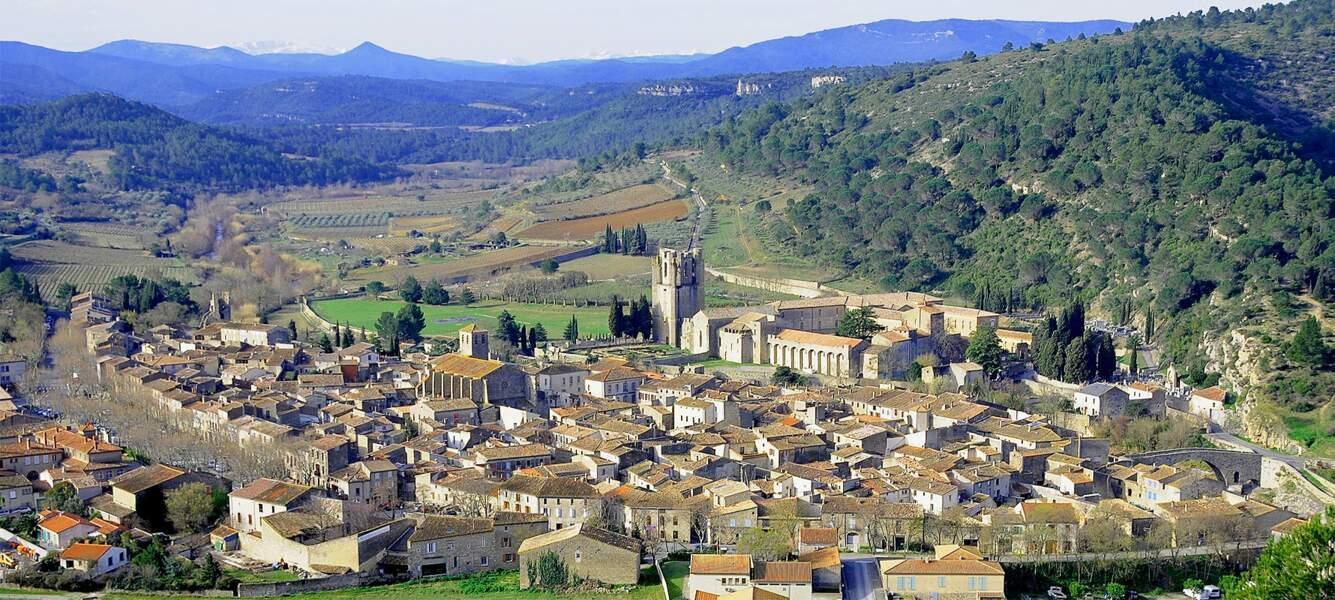 Au milieu des Corbières, le village de Lagrasse et son abbaye Sainte-Marie