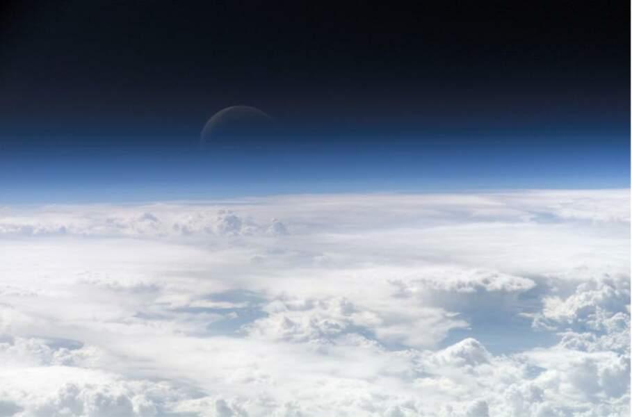 Rare effet d'optique dû à l'atmosphère terrestre faisant apparaître un Croissant de Lune (2006)