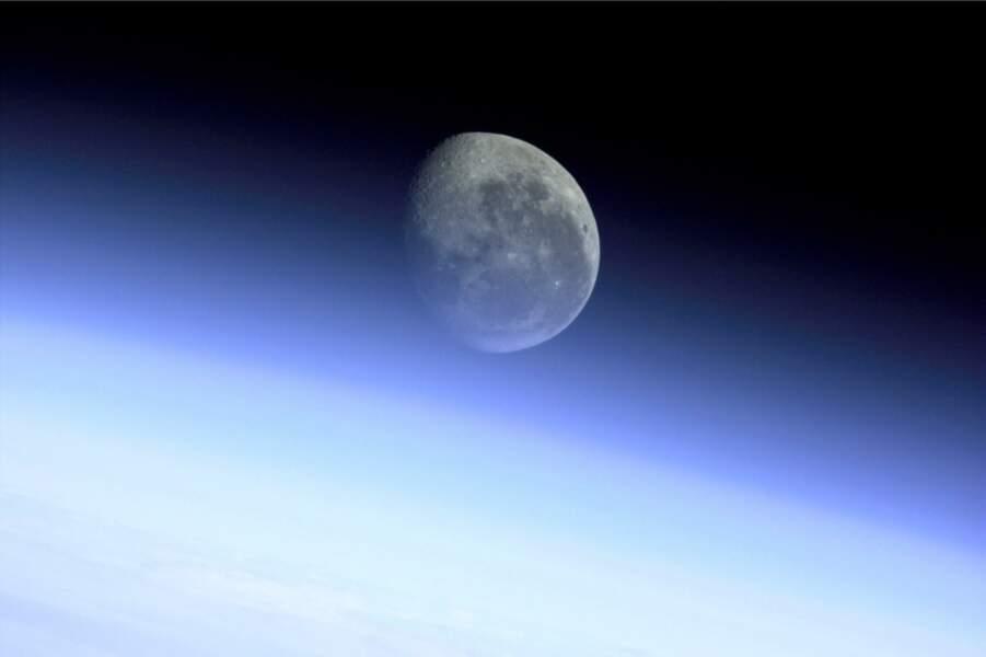 Apparition de la Lune au dessus du globe terrestre depuis la station spatiale internationale (2001)