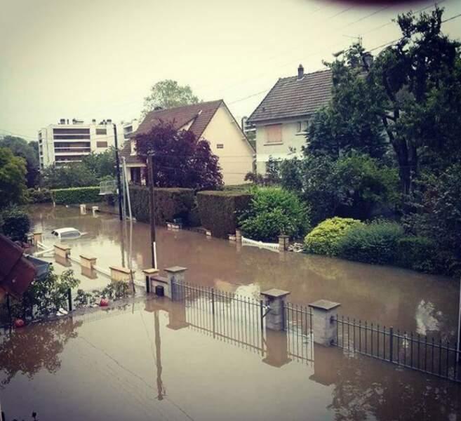 À Palaiseau, au sud-ouest de Paris, les jardins sont noyés par la crue