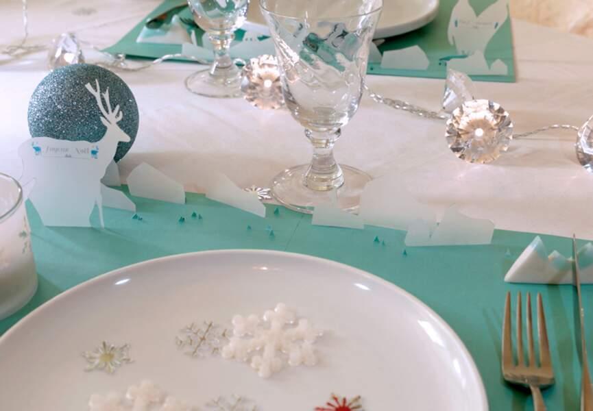 Un set de table décoré et ses marque-place