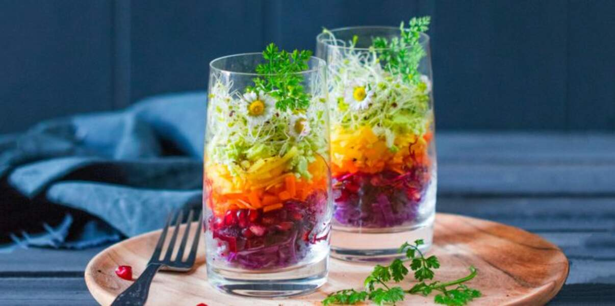 Salades multicolores au verre