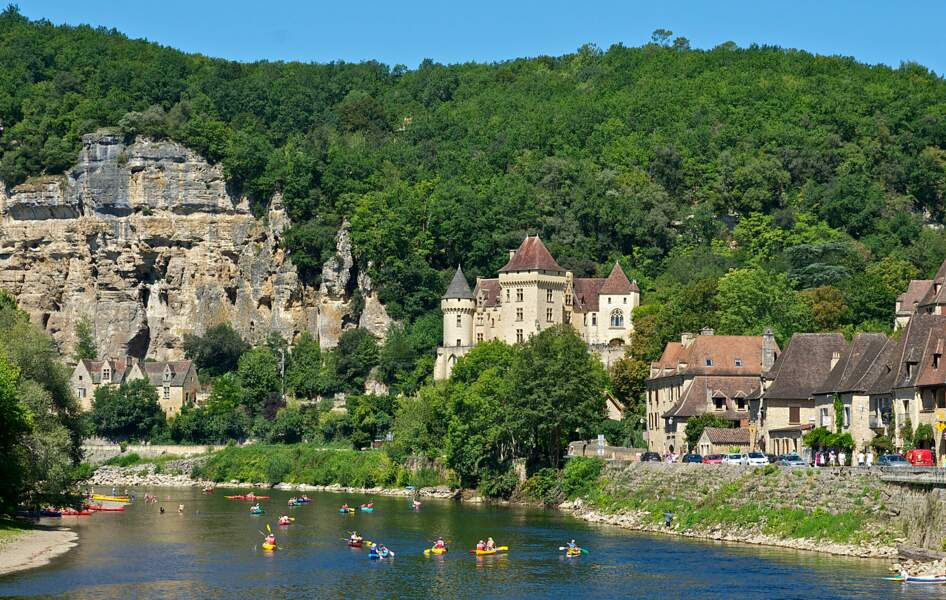 """La Roque-Gageac, niché entre une falaise et la Dordogne, parfois surnommé """"le petit Nice du Périgord"""""""