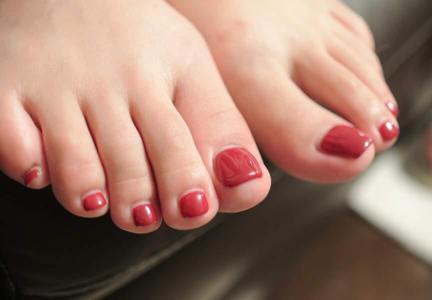 Jolis pieds : appliquez un vernis couleur pop