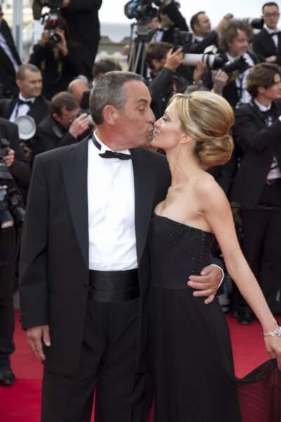 Thierry Ardisson et Audrey Crespo-Mara s'embrassent sur le tapis rouge du Festival de Cannes (2012)