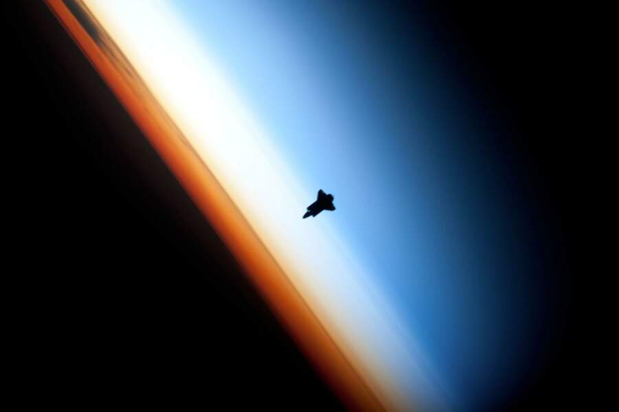 Observation de l'horizon terrestre et de la navette Endeavour depuis la station spatiale internationale (2010)